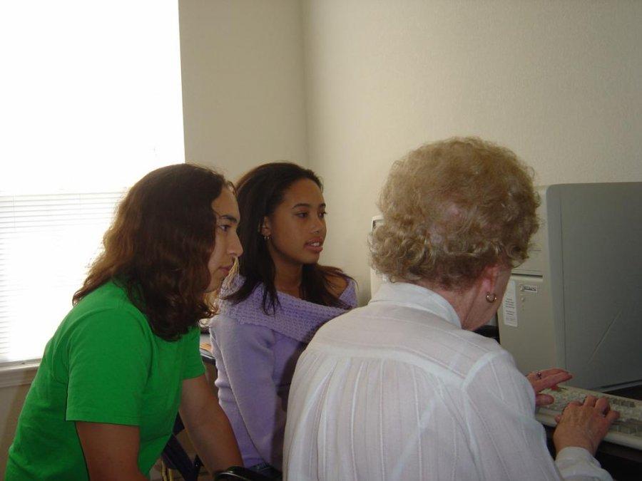 morgan-net-literacys-first-student-vice-chair-teaches-a-new-volunteer-using-ojt